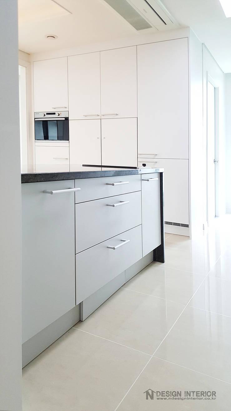 동탄 아파트 인테리어 – 웨인스코팅으로 유럽풍 느낌을 실현한 쌍용 플래티넘 by.n디자인인테리어: N디자인 인테리어의  주방,