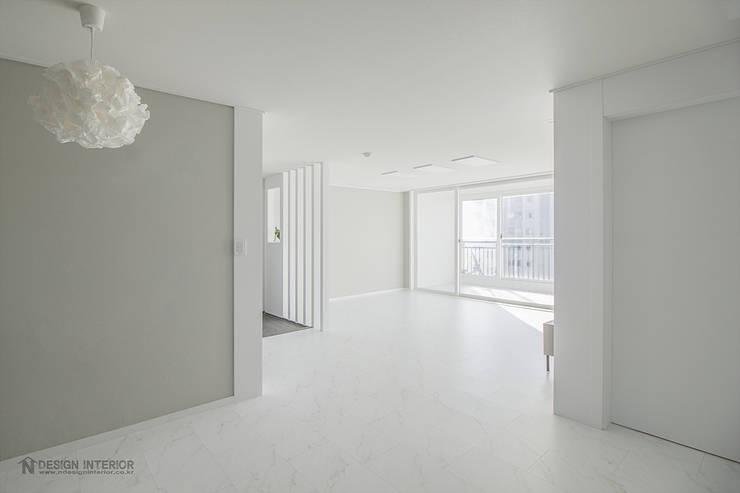 동탄인테리어 30평대처럼 보이는 20평대 아파트인테리어 성원상떼빌 ~ by.n디자인인테리어: N디자인 인테리어의  거실