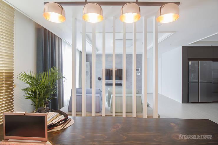 동탄인테리어 패브릭쇼파와 우드슬랩으로 꾸민 거실-금강 펜테리움4차 아파트인테리어 by.n디자인인테리어: N디자인 인테리어의  거실,