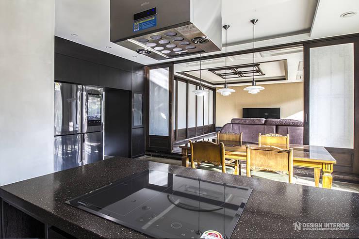 동탄인테리어 빈티지 모던스타일로 연출한 어반뷰 타운하우스 고급주택 아파트인테리어 by.n디자인인테리어: N디자인 인테리어의  거실
