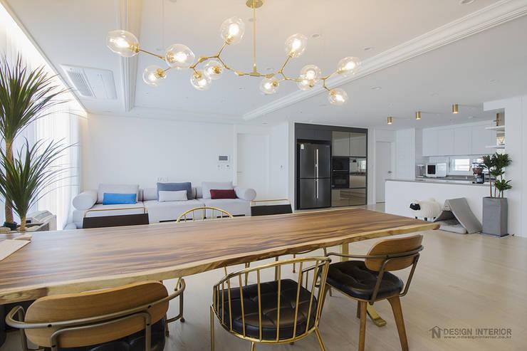 동탄인테리어 화이트와 우드의 조화로 이룬 금강3차 아파트 by.n디자인인테리어: N디자인 인테리어의  거실,