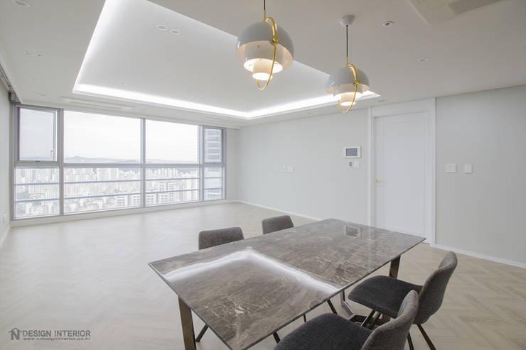동탄인테리어 내뒤에 테리우스 나인룸 촬영지 메타폴리스의 50평대아파트인테리어 by.n디자인인테리어: N디자인 인테리어의  거실,