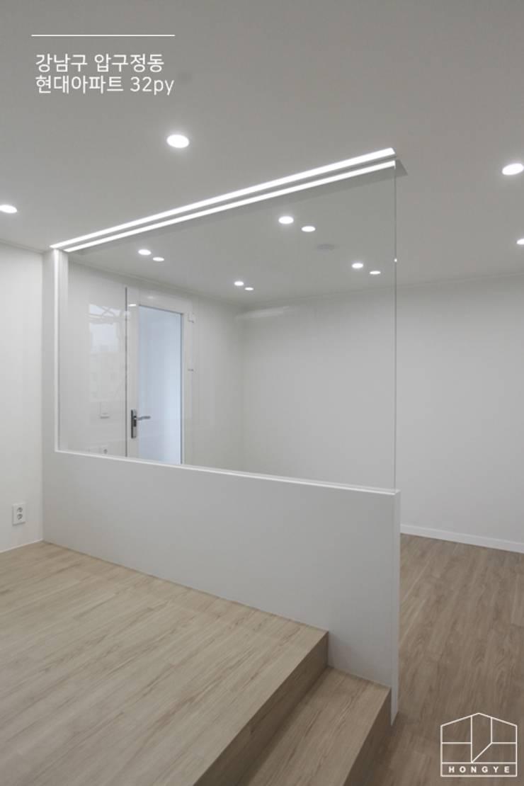 따스한 분위기의 압구정 현대아파트 32py _ 이사 전: 홍예디자인의  침실