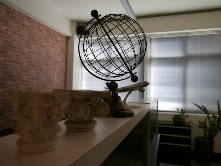 利用特別的飾品也能有畫龍點睛的效果:  書房/辦公室 by G.T. DESIGN 大楨室內裝修有限公司
