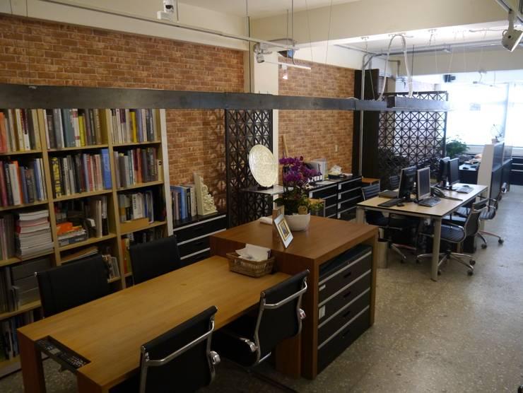 開放式的會議空間:  書房/辦公室 by G.T. DESIGN 大楨室內裝修有限公司