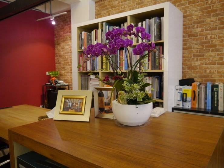 大片的書櫃牆:  牆面 by G.T. DESIGN 大楨室內裝修有限公司