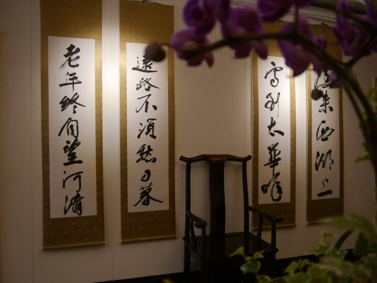 牆上掛上書法字畫增添人文氣息:  牆面 by G.T. DESIGN 大楨室內裝修有限公司