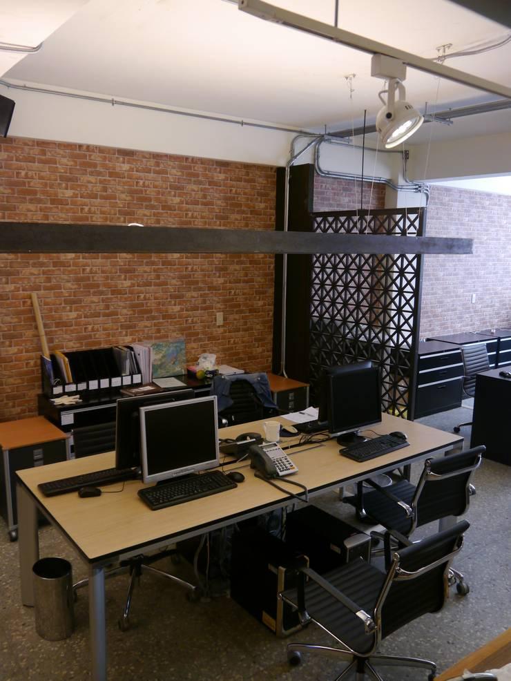 開放式工作空間令人不會感到狹隘:  書房/辦公室 by G.T. DESIGN 大楨室內裝修有限公司