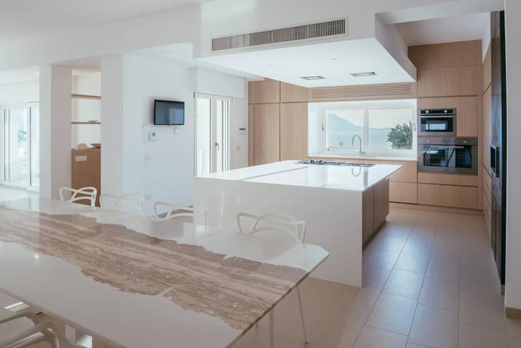 Cucina interna: Sala da pranzo in stile  di manuarino architettura design comunicazione