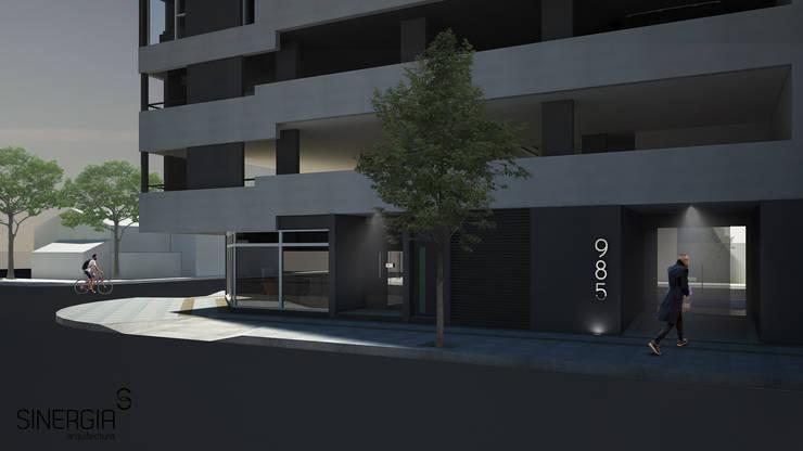 Acceso Edificio Alta Barda: Condominios de estilo  por SINERGIA ARQUITECTURA,