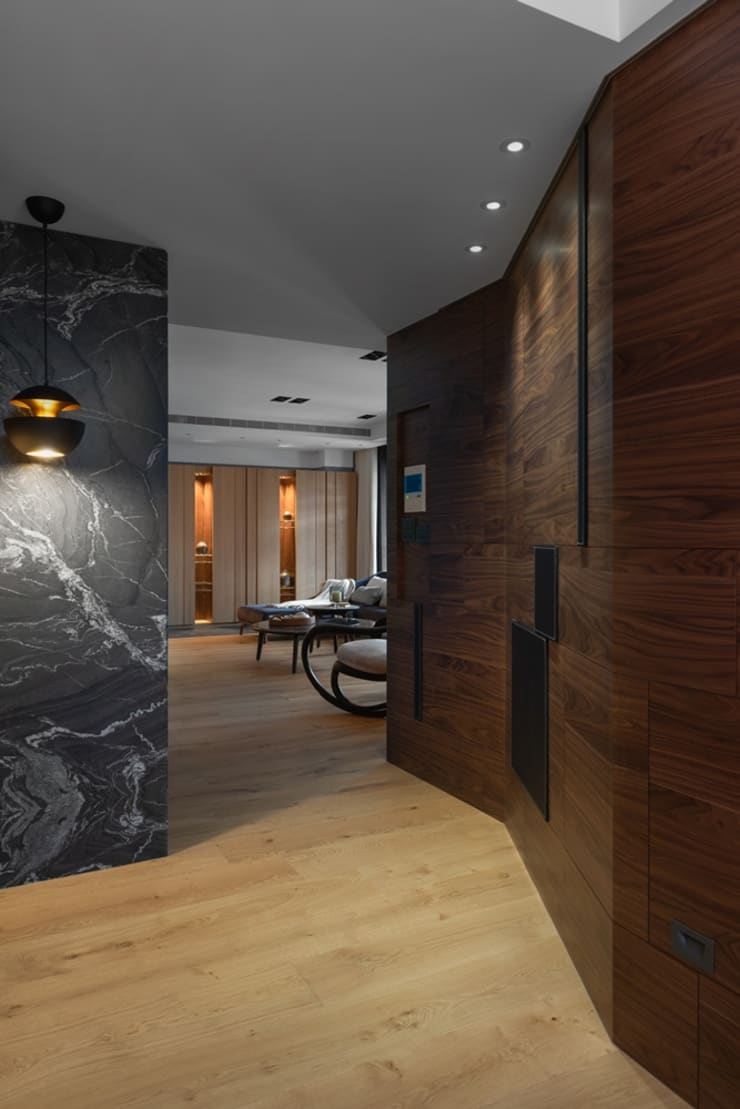 連接兩處公領域的廊道:  走廊 & 玄關 by 宸域空間設計有限公司
