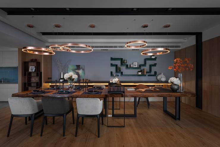 寬敞的餐廳搭配上寬長的餐桌:  餐廳 by 宸域空間設計有限公司