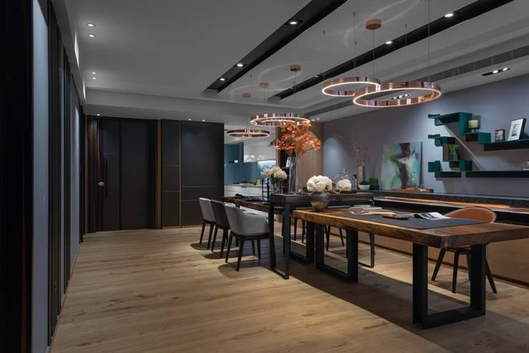 寬敞的餐廳另一視角:  餐廳 by 宸域空間設計有限公司