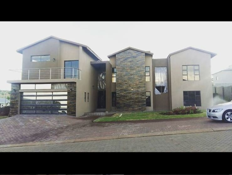 Modern Family Home: modern Houses by TOP CENTRE PROPERTIES GROUP (PTY) LTD