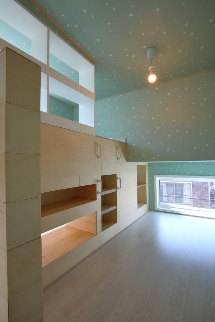 interior by INARK 대구 송현동 주택 리모델링 대구 전원주택 인아크 건축 설계 인테리어 디자인: inark [인아크 건축 설계 디자인]의  방,미니멀