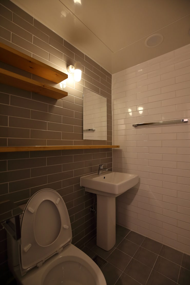 interior by INARK 대구 송현동 주택 리모델링 대구 전원주택 인아크 건축 설계 인테리어 디자인: inark [인아크 건축 설계 디자인]의  욕실,미니멀