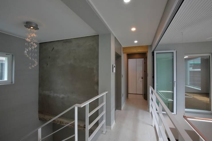 interior by INARK 대구 송현동 주택 리모델링 대구 전원주택 인아크 건축 설계 인테리어 디자인: inark [인아크 건축 설계 디자인]의  복도 & 현관,미니멀