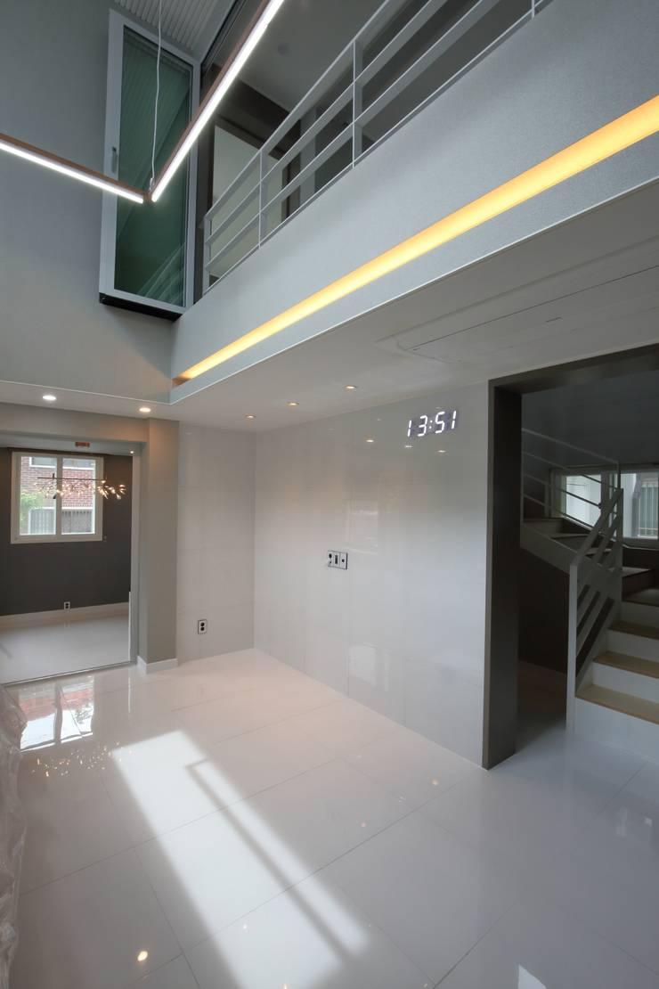 interior by INARK 대구 송현동 주택 리모델링 대구 전원주택 인아크 건축 설계 인테리어 디자인: inark [인아크 건축 설계 디자인]의  거실,미니멀