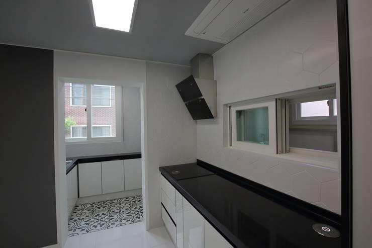 interior by INARK 대구 송현동 주택 리모델링 대구 전원주택 인아크 건축 설계 인테리어 디자인: inark [인아크 건축 설계 디자인]의  주방,미니멀
