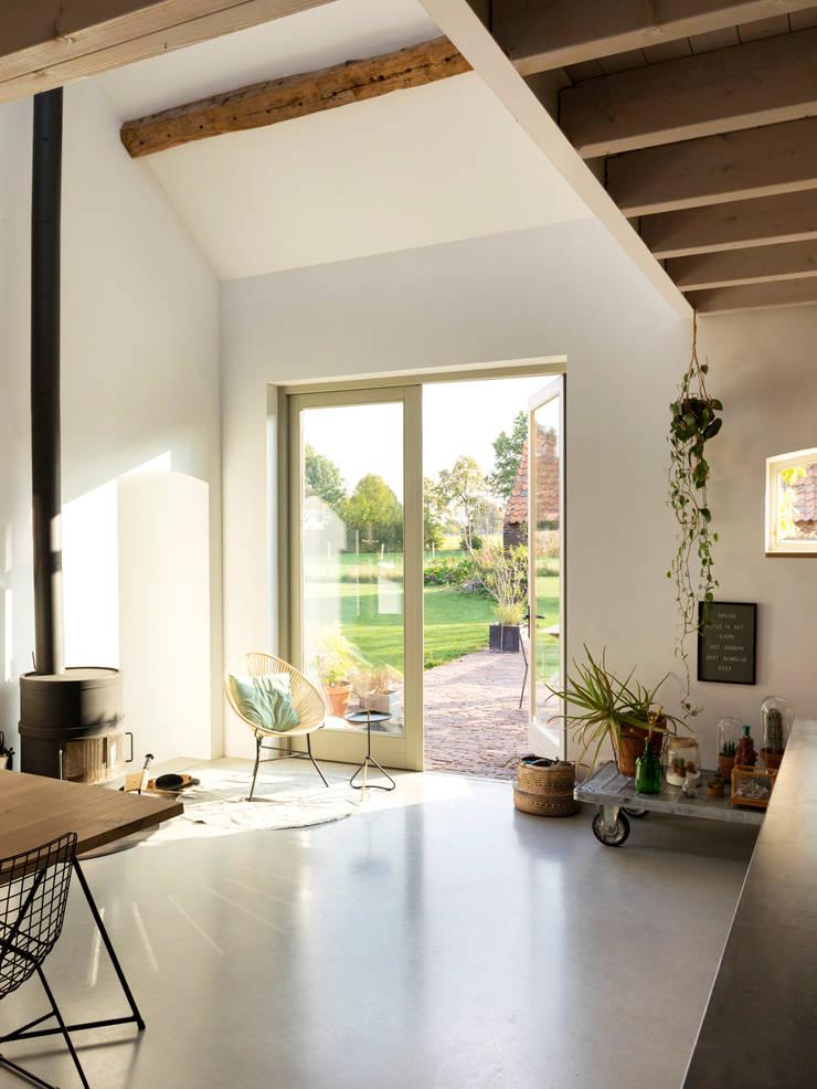Woonkeuken:  Eetkamer door De Nieuwe Context, Industrieel Beton