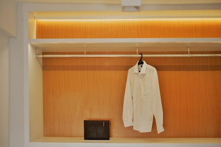 Lemari Pakaian:  Dressing room by FIANO INTERIOR