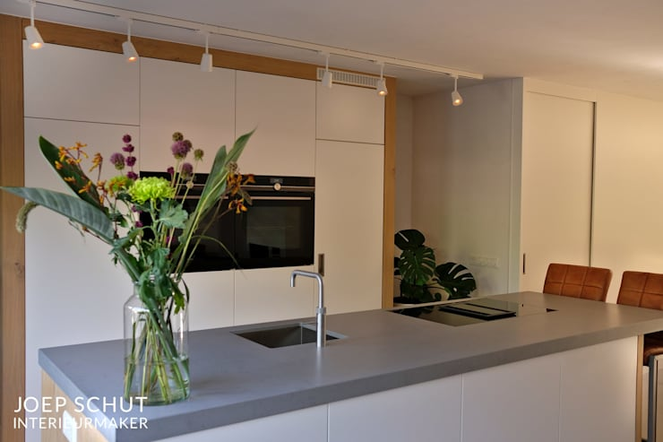 handgemaakte keuken, kastenwand met kookeiland en bar: modern  door Joep Schut, interieurmaker, Modern MDF