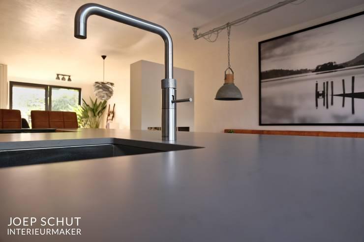 handgemaakte keuken, kastenwand met kookeiland en bar: modern  door Joep Schut, interieurmaker, Modern Graniet
