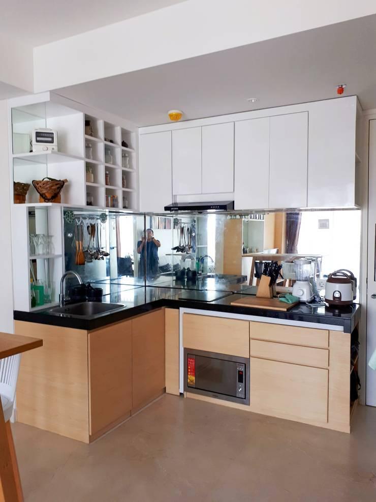 Minimalist Scandinavian Apartment :  Dapur by DIArchitects