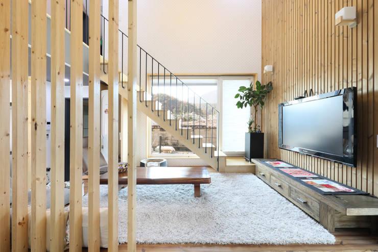 울산 미호집 거실 툇마루: 주택설계전문 디자인그룹 홈스타일토토의  거실,모던 우드 우드 그레인