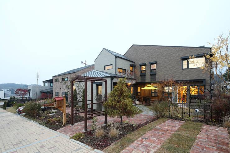 Projekty,  Dom rustykalny zaprojektowane przez 주택설계전문 디자인그룹 홈스타일토토,