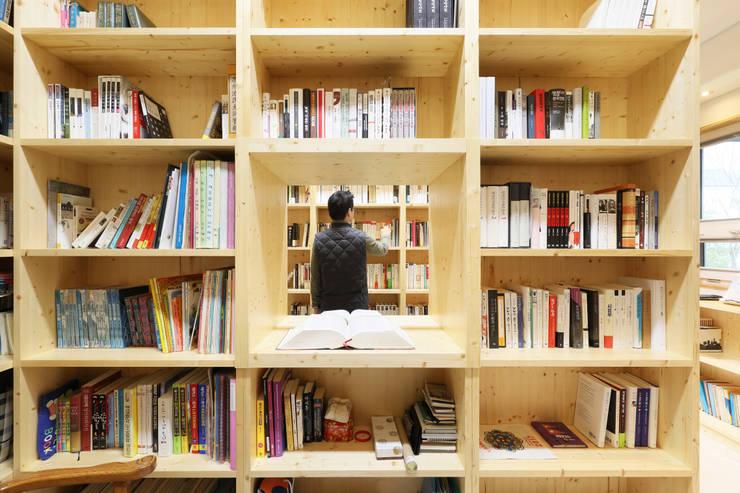 Projekty,  Domowe biuro i gabinet zaprojektowane przez 주택설계전문 디자인그룹 홈스타일토토,