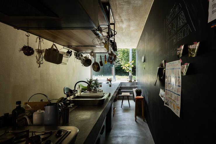草屋根の家: TENKが手掛けたキッチン収納です。