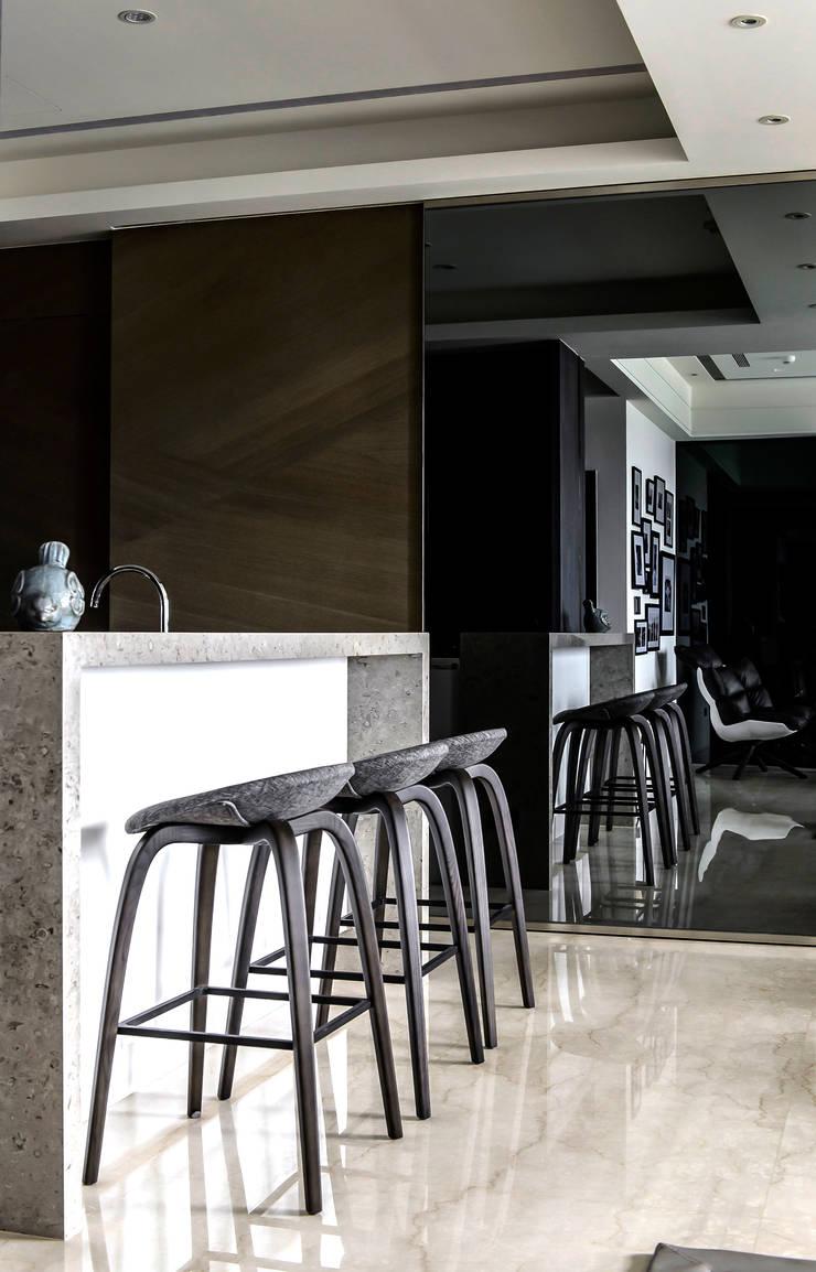 【沉靜.悠然】:  餐廳 by 雅群空間設計