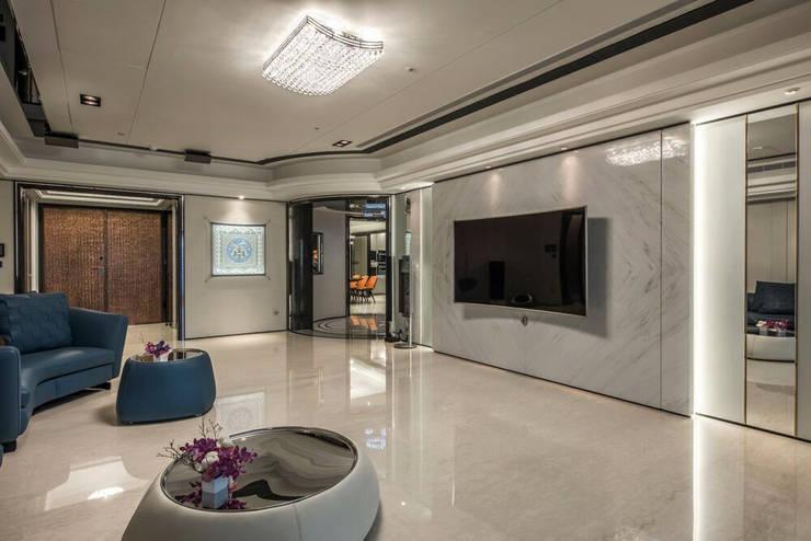 華人匯:  客廳 by 雅群空間設計