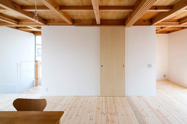 木箱の家: すずき/suzuki architects (一級建築士事務所すずき)が手掛けた壁です。