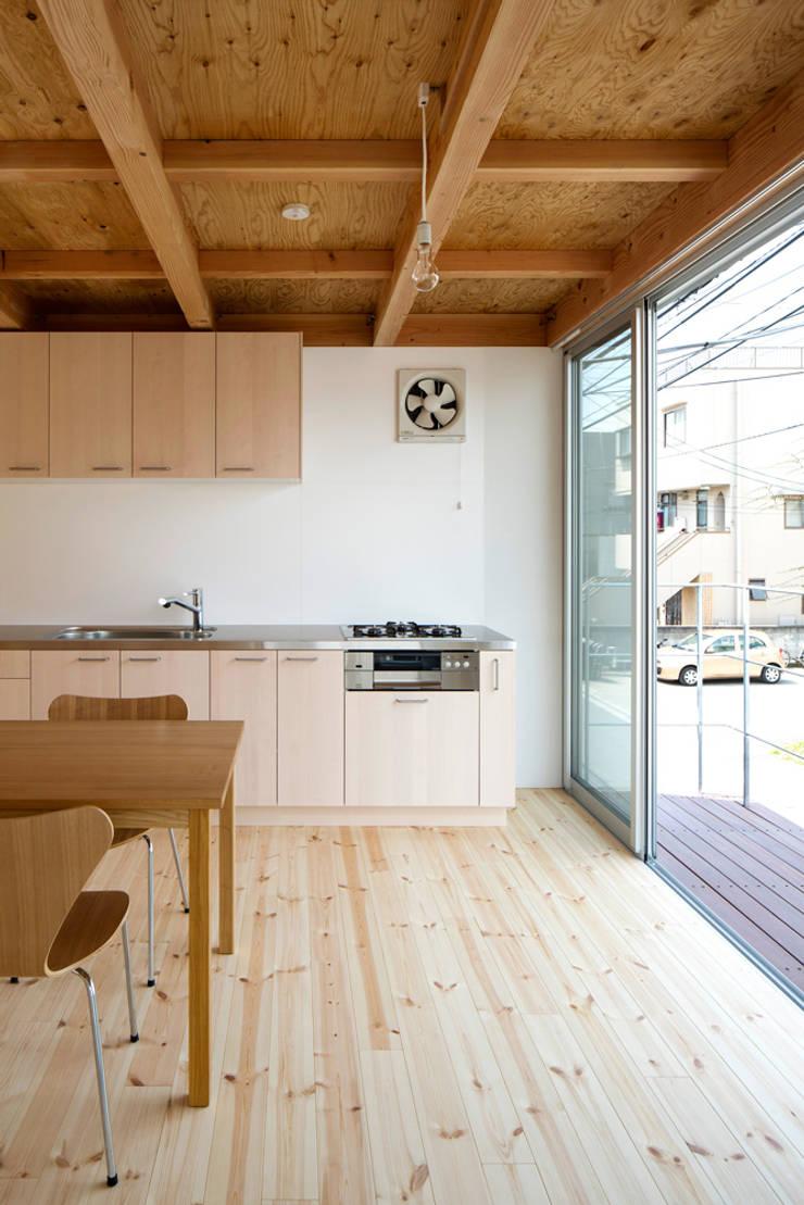 木箱の家: すずき/suzuki architects (一級建築士事務所すずき)が手掛けたシステムキッチンです。