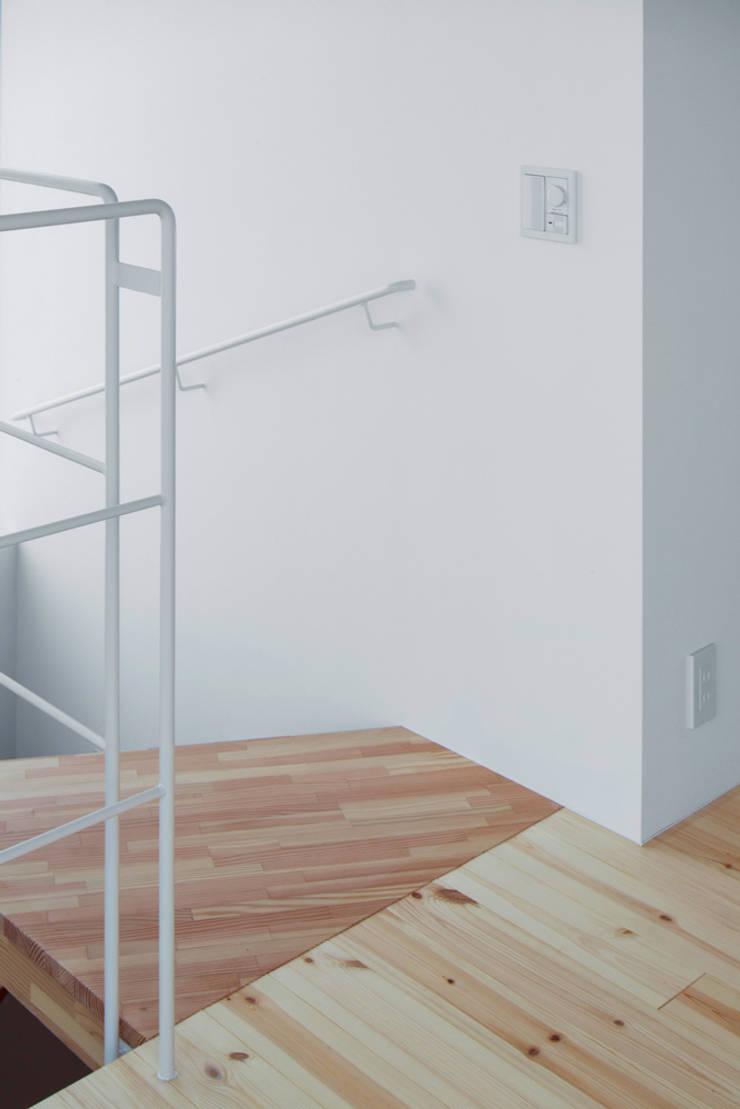 木箱の家: すずき/suzuki architects (一級建築士事務所すずき)が手掛けた階段です。