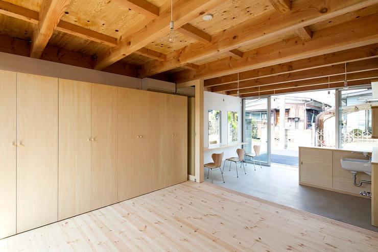 木箱の家: すずき/suzuki architects (一級建築士事務所すずき)が手掛けたフローリングです。