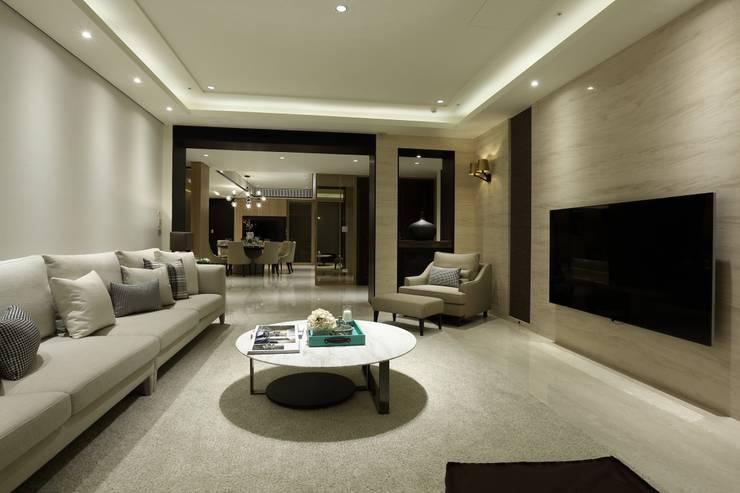 Salon moderne par 雅群空間設計 Moderne