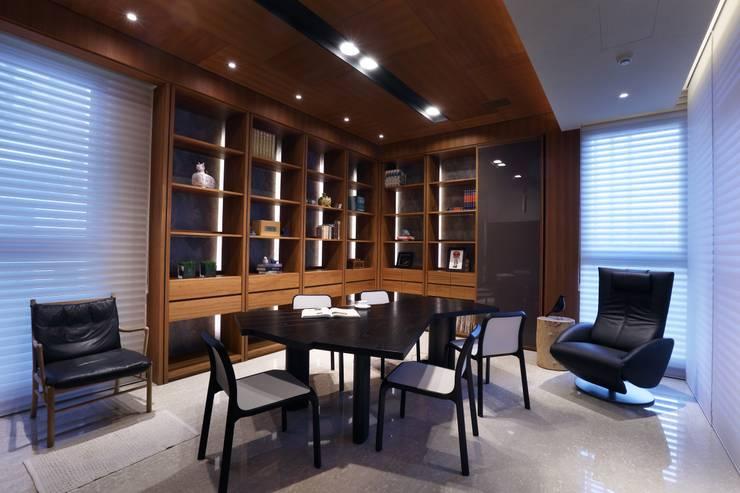 美術南五街:  餐廳 by 雅群空間設計
