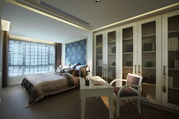雄崗布拉格:  臥室 by 雅群空間設計