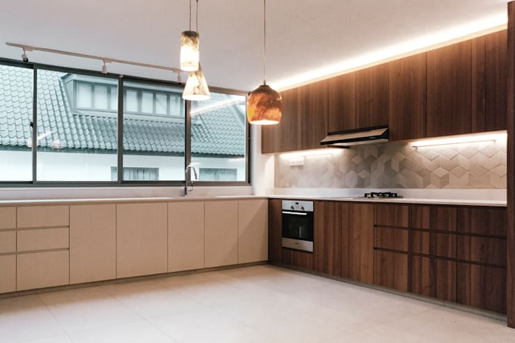 Terrace House at Greenridge Crescent:  Built-in kitchens by Quen Architects