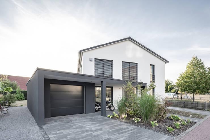 Individuell geplantes Traumhaus mit vielen Highlights innen wie außen :  Einfamilienhaus von wir leben haus