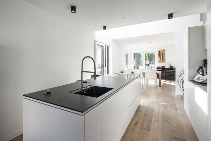 Individuell geplantes Traumhaus mit vielen Highlights innen wie außen :  Küchenzeile von wir leben haus