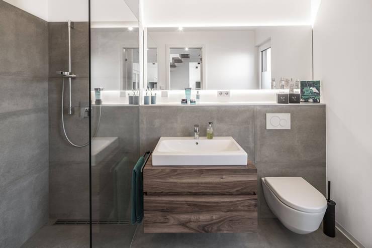 Individuell geplantes Traumhaus mit vielen Highlights innen wie außen :  Badezimmer von wir leben haus