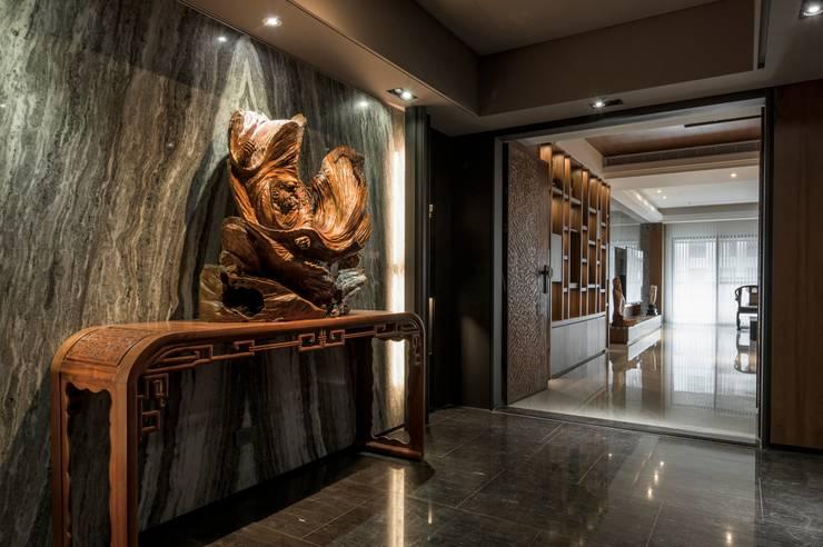 華人匯:  走廊 & 玄關 by 雅群空間設計