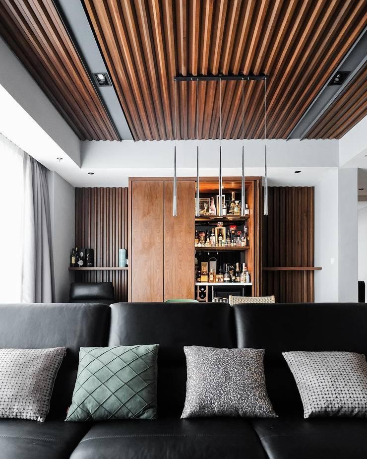 Pondok Indah Residence:  Ruang Keluarga by FIANO INTERIOR