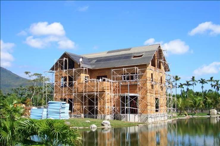 屋頂進一步施工:  度假別墅 by 安居住宅有限公司