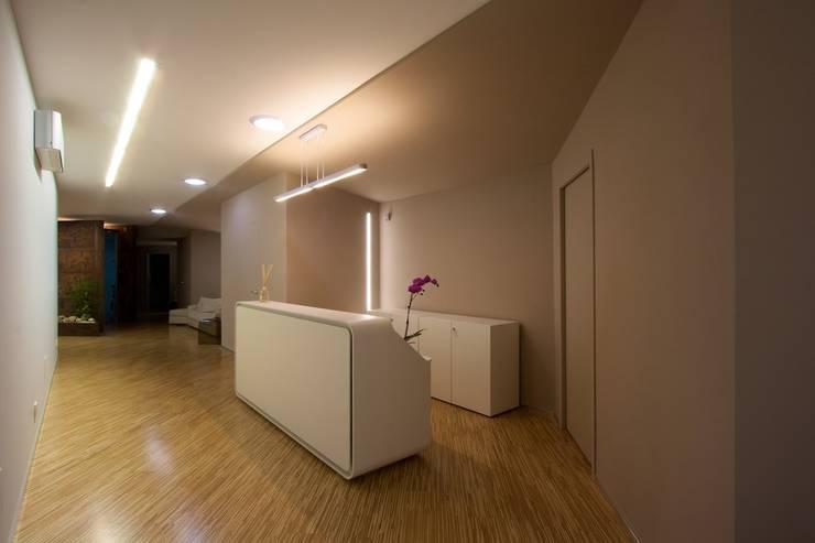 reception con i tre solarspot a luce naturale: Complessi per uffici in stile  di Daniele Arcomano