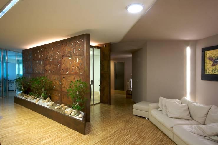 sala riunioni con zona di attesa: Complessi per uffici in stile  di Daniele Arcomano